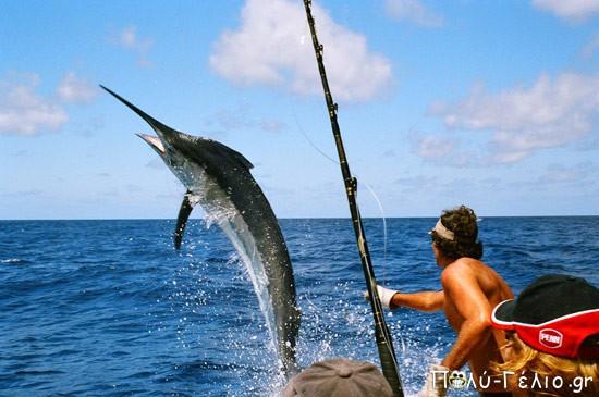 Ανέκδοτο: Ψαρεύει ένας παππούς δίπλα σε ένα 20άρη. Ο παππούς είναι τίγκα στο ψάρι ενώ…..